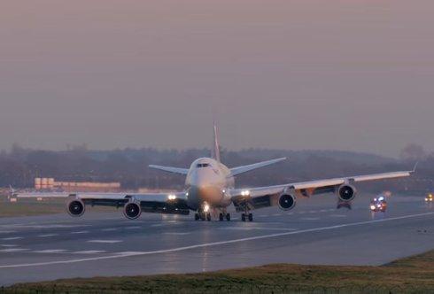 Гигантский Boeing 747 приземляется со сломанным шасси (видео)
