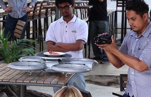 В Сингапуре дроны начали заменять официантов (ВИДЕО)