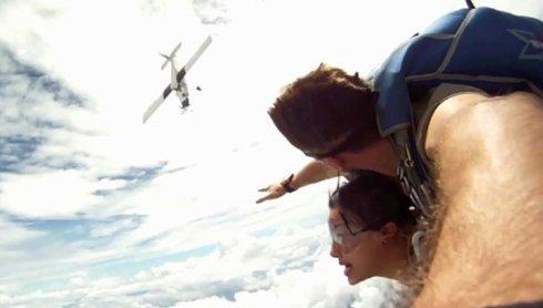 Парашютисты сняли на видео, как их чуть не сбил самолет
