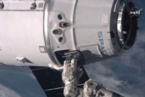 Американские астронавты вышли в открытый космос почти на 7 часов