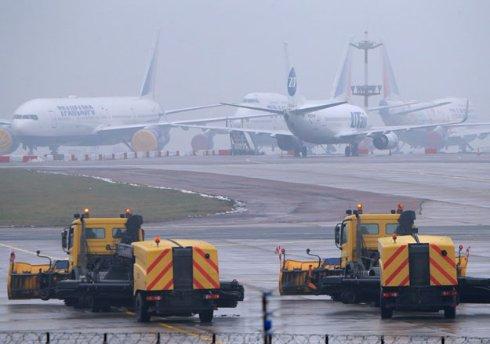 Нелепое столкновение: Самолет главы Total столкнулся со снегоуборщиком