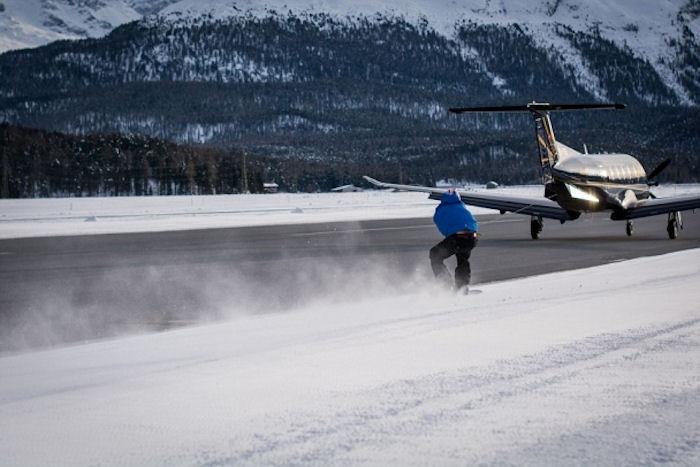 Сноубордист-сорвиголова проехался на бешеной скорости, зацепившись за самолет