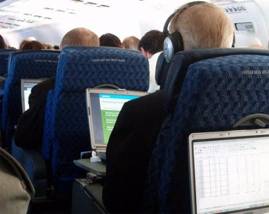 Трансаэро предложила Минтрансу снять запрет на использование мобильных устройств в самолете