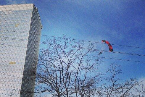 Экстремалы-парашютисты продолжают удивлять безумными поступками