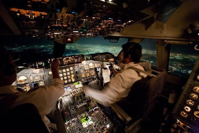 Фото дня: Вид из кабины самолета ночью