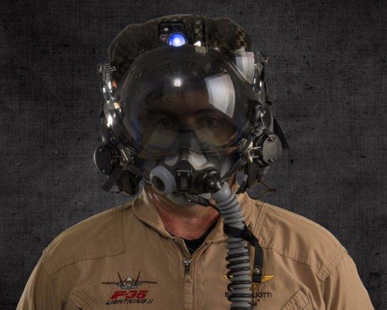 Новый шлем позволит пилотам американских истребителей видеть сквозь самолет