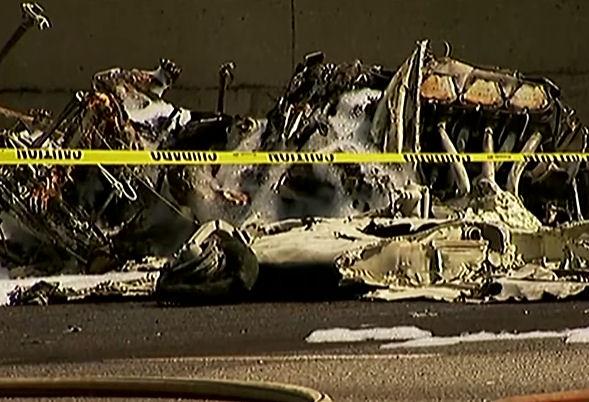 В США самолет упал на автомагистраль (Видео)