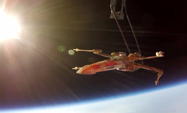 Игрушечный космолет X-Wing подняли в стратосферу