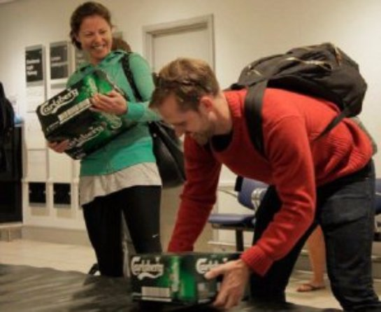 Клиенты лондонского аэропорта получили пиво вместо багажа (ВИДЕО)