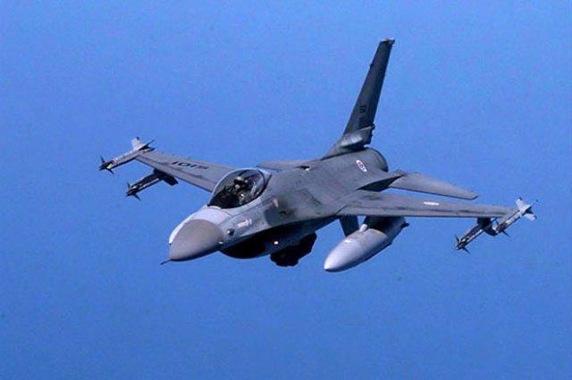 Американский истребитель F-16 врезался в самолет (Видео)