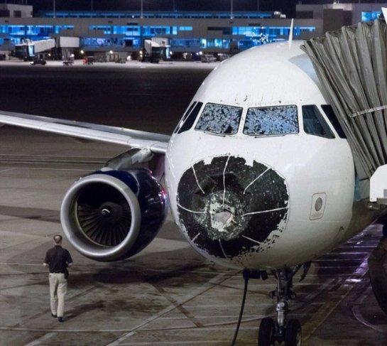 США: самолет в воздухе поврежден градом (ФОТО)