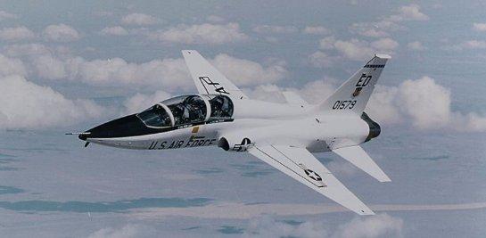 США принимают новый учебный самолет