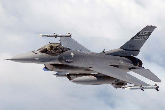 Греки и бельгийцы демонстрируют мастерство управления F-16 (ВИДЕО)