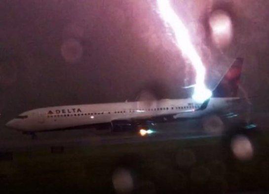Пассажир показал, как в Боинг ударила молния (ВИДЕО)