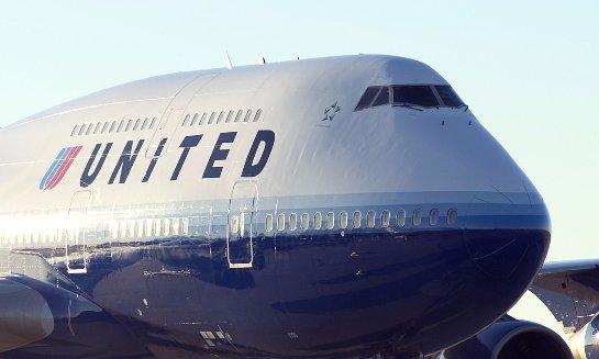 В американском аэропорту самолет протаранил телетрап