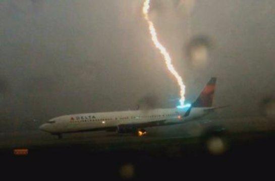 Молния ударила в самолет (ВИДЕО)