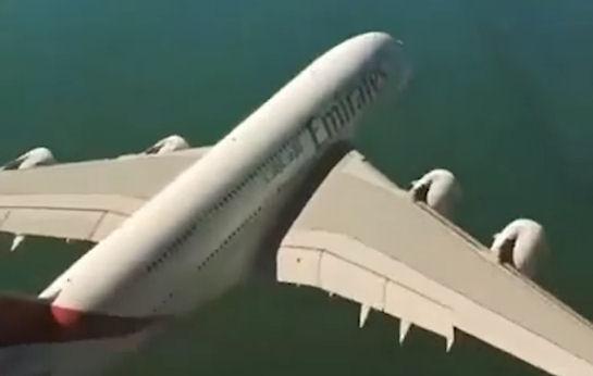 Неймовірна зйомка: Гігант А380 пролітає прямо під гелікоптером з камерою (Відео)