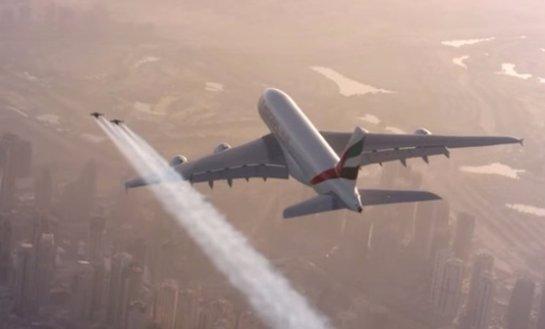 Экстремалы с реактивными ранцами гонялись за суперлайнером в небе над Дубаем (ВИДЕО)