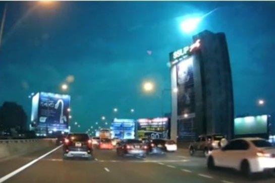 Сенсационное видео: небо над Таиландом осветил огромный шар