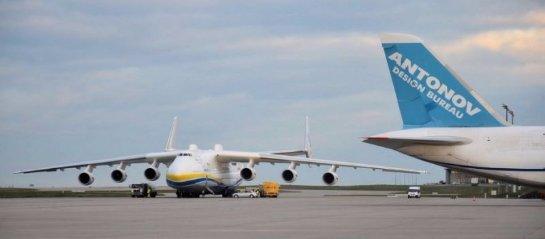 Посадка самого большого самолета в мире (ВИДЕО)