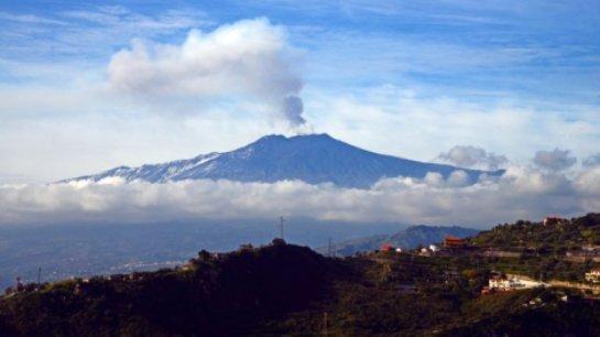 В Италии одно из крупнейших извержений вулкана Этна: отменены авиарейсы
