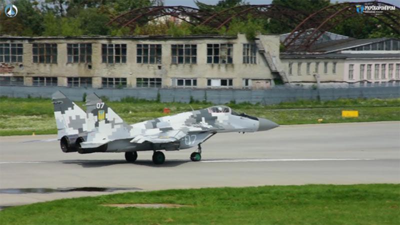 «ЛГАРЗ» передал украинским летчикам два модернизированных истребителя Миг-29МУ1