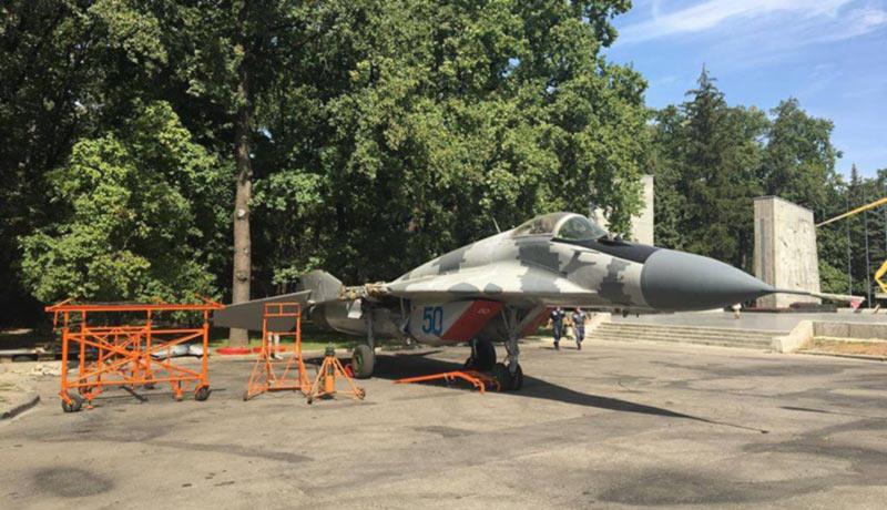 В центре Харькова «припарковали» военный самолет