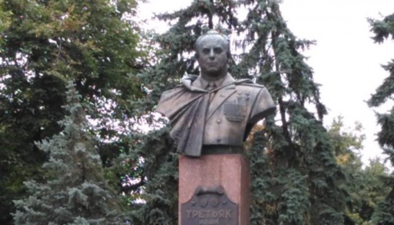 Полтавские власти защищают памятник генералу СССР, который приказал сбить