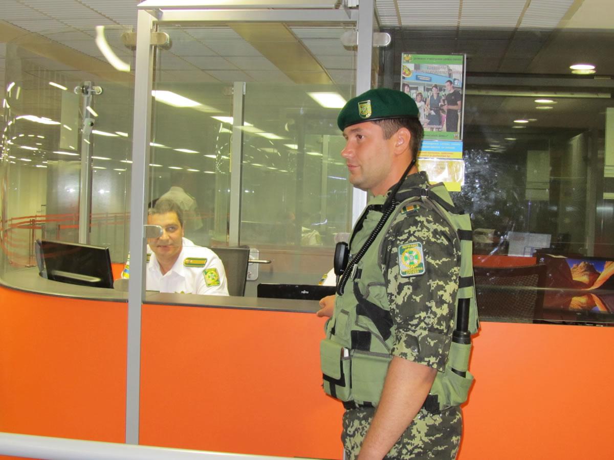 В столичных аэропортах украинские пограничники вместе с экспертами Европейского агентства …