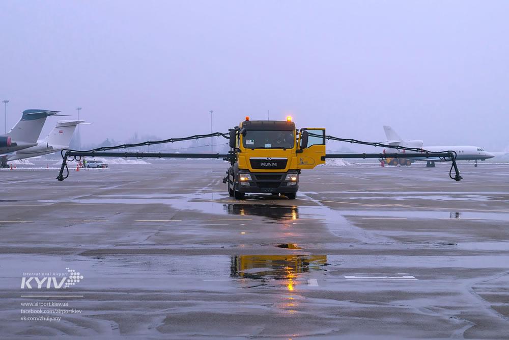 Аэропорт «Киев» показал свою новую технику