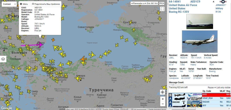 Американский самолет проводит разведку в Черном море
