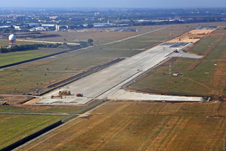 Заливку новой полосы одесского аэропорта остановили до весны