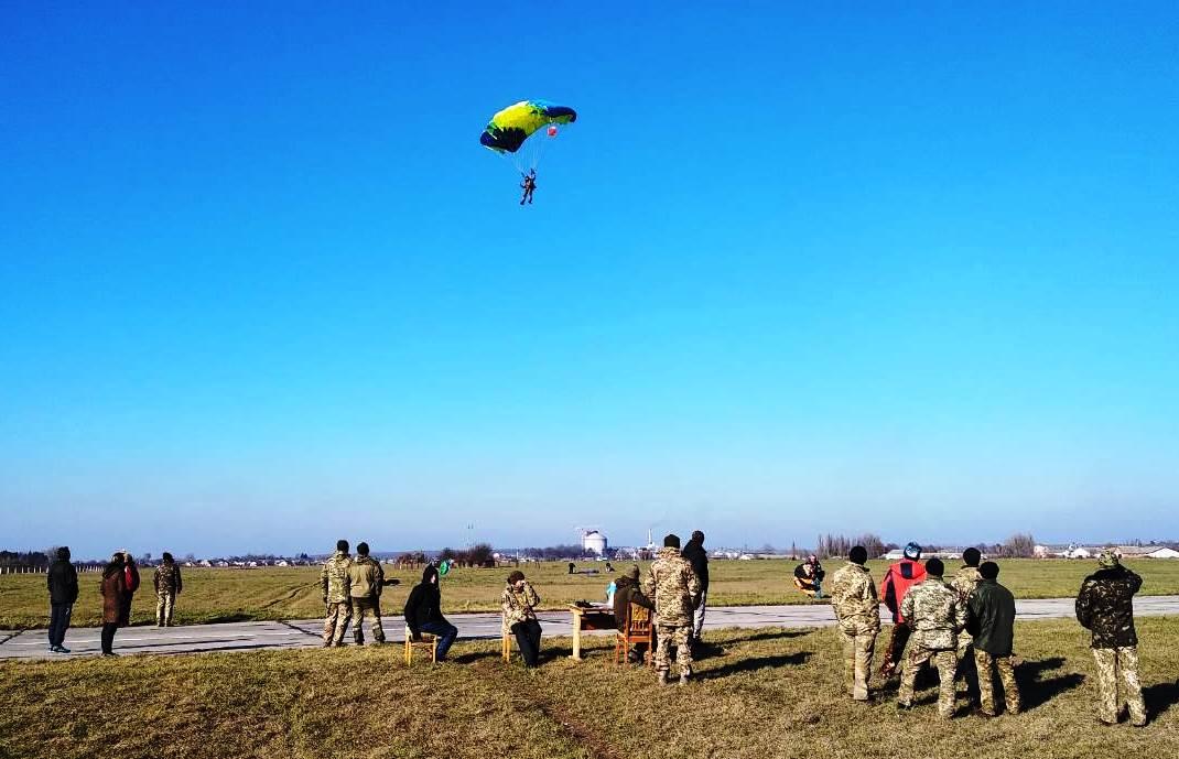 В Староконстантинове проходят сборы с выполнением парашютных прыжков