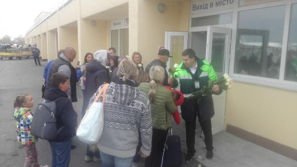 Аэропорт «Винница» встретил пассажиров цветами