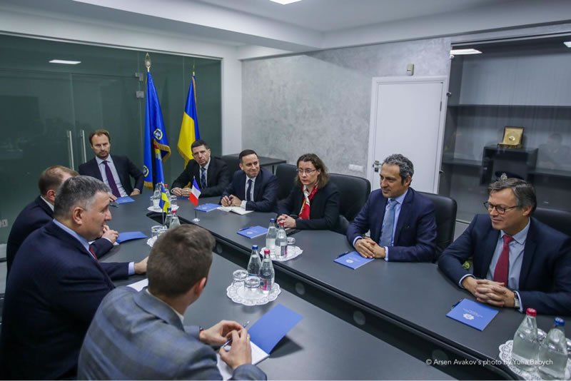 Арсен Аваков провел встречу со старшим вице-президентом AIRBUS HELICOPTERS