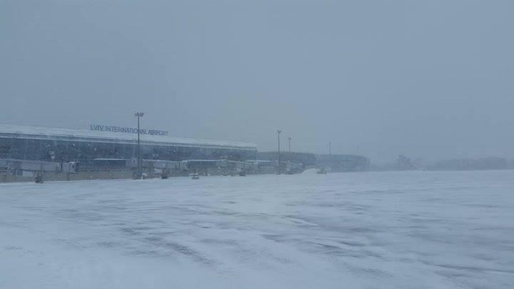 Из-за непогоды «Львов» переносит и отменяет рейсы