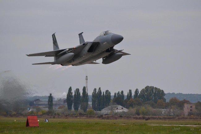 США поставят оборудование на аэродром в Староконстантинове