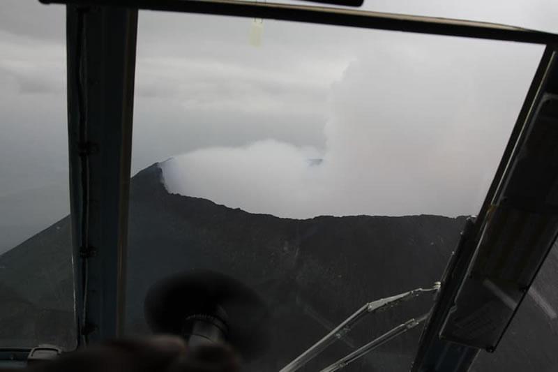 Украинские вертолетчики помогли вулканологам