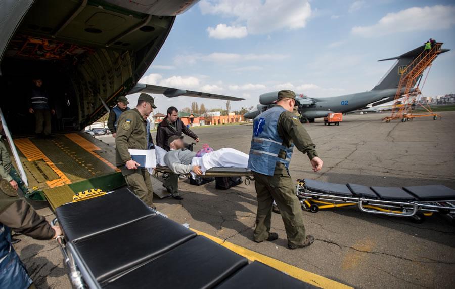 Авиация НГУ доставила в столицу двух бойцов, которые получили ранения в районе операции ...
