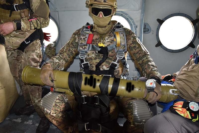 Спецназовцы выполняют учебное десантирование