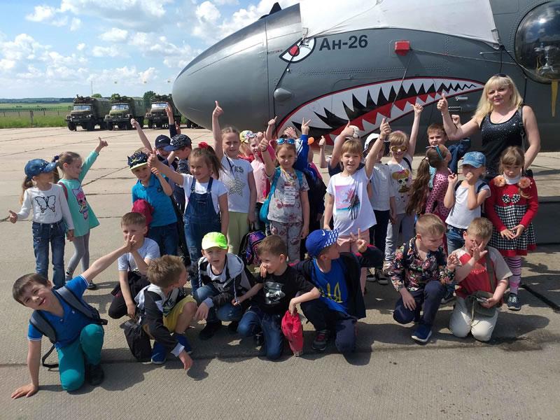 Винницкие школьники знакомятся с военной авиатехникой и буднями украинских летчиков