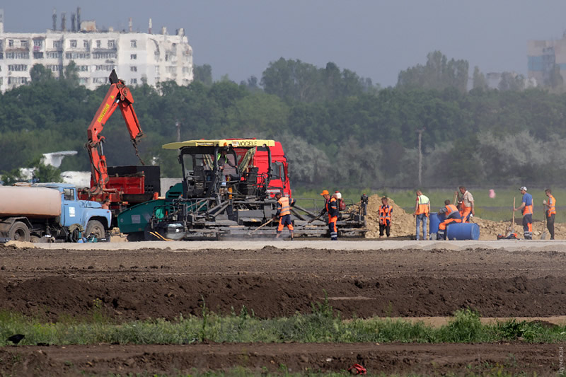 Министр инфраструктуры обещает закончить взлетную полосу в Одессе до конца года