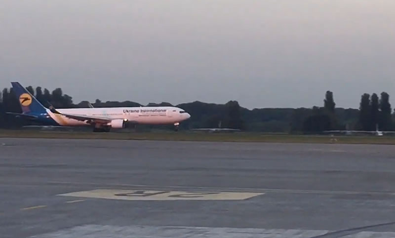 Самолет МАУ совершил аварийную посадку
