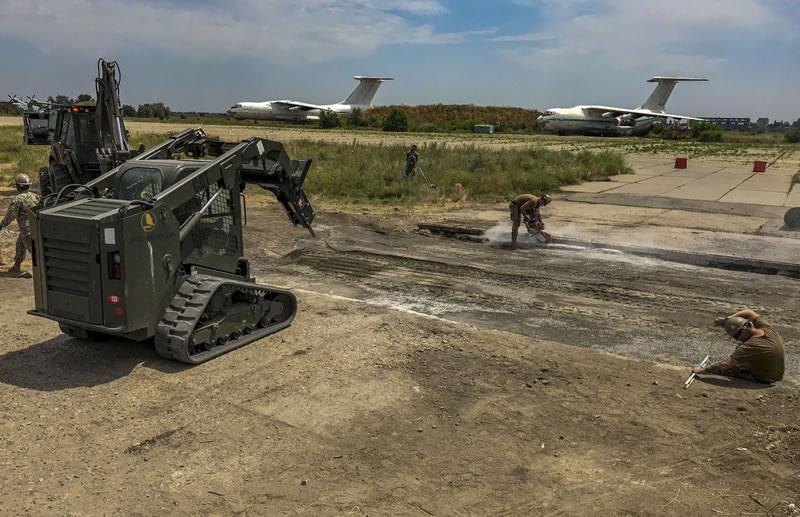 Американские военные помогают восстанавливать аэродром в Николаеве