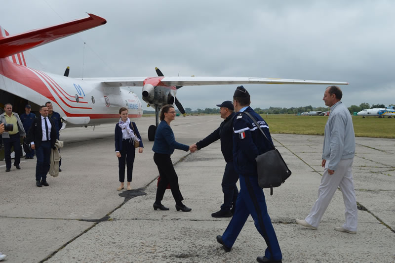 Посол Франции посетила авиационный отряд ГСЧС