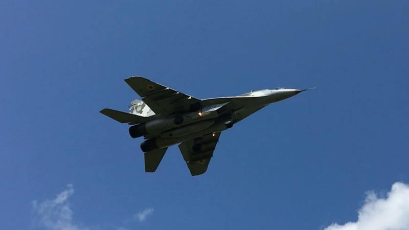 Авиашоу и посадка пары МиГ-29 в Луцке