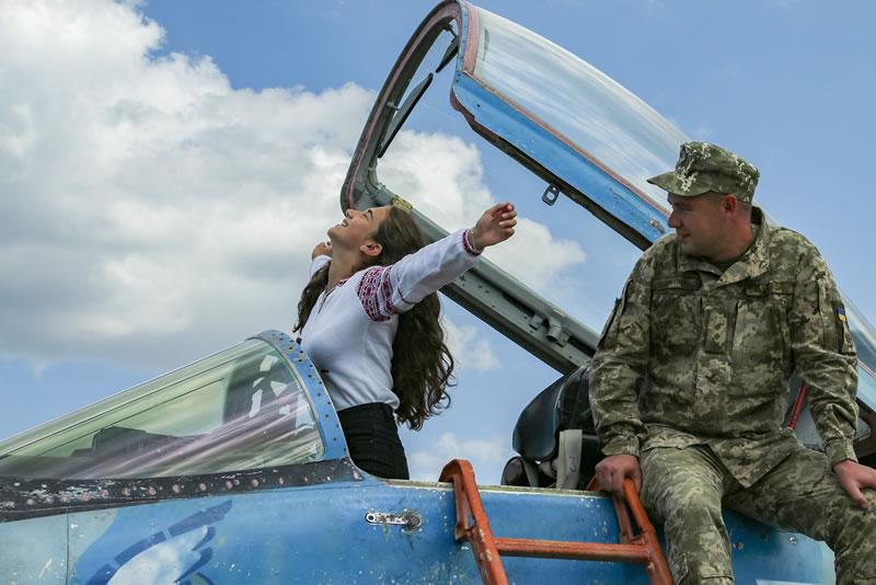 В Луцке детям военных летчиков подарили вышиванки