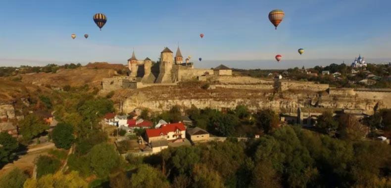 Красочные воздушные шары пролетели над крепостью