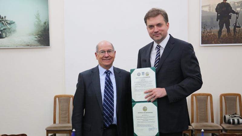Советник США вручил Загороднюку сертификаты на ремонт «Ми»
