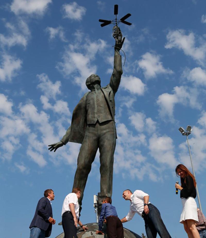 В столичном аэропорту «Киев» установили памятник авиаконструктору Сикорскому